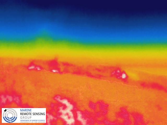Εικόνα 1. Αεροφωτογραφία από τα ΣμηΕΑ όπου με λευκό και κόκκινο χρώμα αποτυπώνονται οι ενεργές εστίες πυρκαγιάς